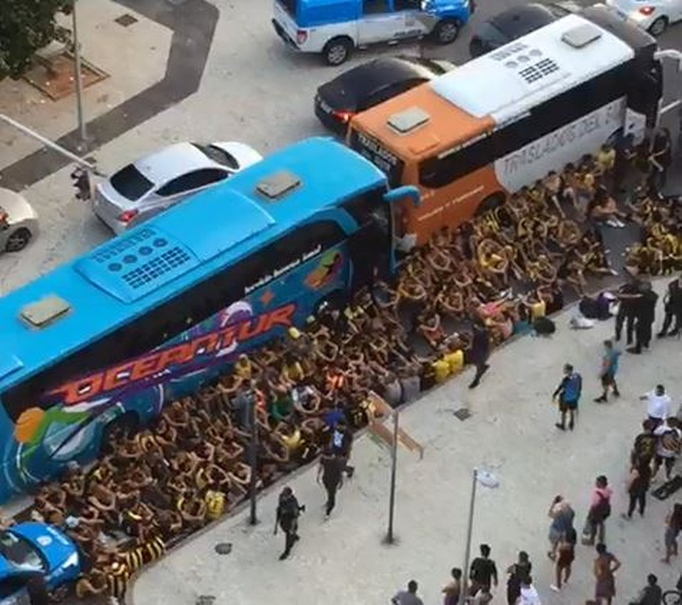 Torcedores do Peñarol detidos após briga no Leme — Foto: Reprodução/Redes sociais
