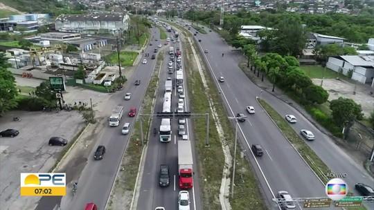 Caminhão tem dificuldade de acessar a BR-101 e trânsito fica complicado, no Recife