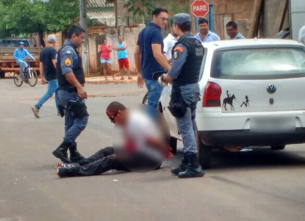 Antes de ser encaminhado para o hospital, Célio foi detido pela polícia (Foto: Polícia Militar/Divulgação)