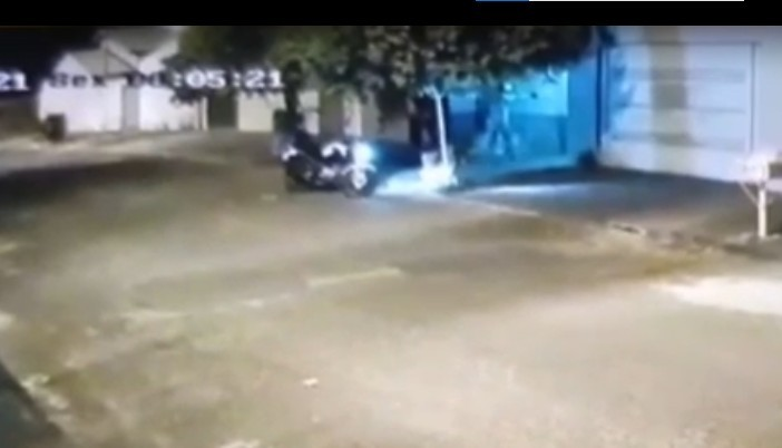Casa dos pais do prefeito de Prata é atingida por cinco tiros e criminoso deixa ameaça; veja vídeo