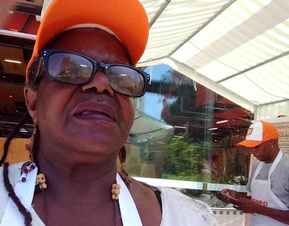 Regina Pereira, moradora do quilombo Cafundó, no interior de São Paulo, ao lado de agricultor da comunidade — Foto: Arquivo pessoal