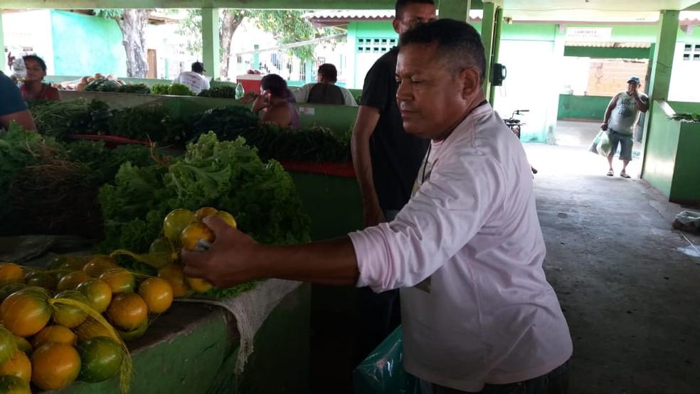 Alonso Amador faz pesquisas de preços para preparar o pato no tucupi — Foto: Jorge Abreu/G1