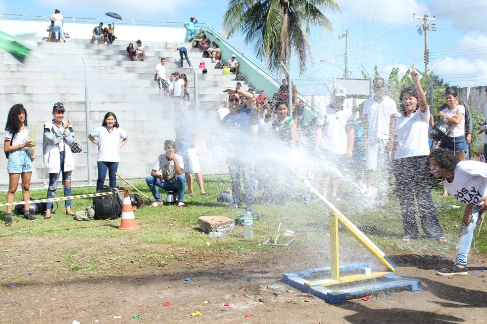 Lançamento de foguete na fase estadual da 13ª Mobfog.  — Foto: Pedro Bentes/G1