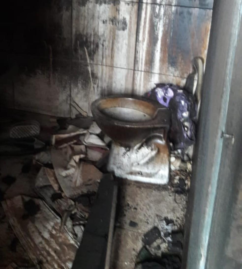 Casa da vítima ficou destruída após incêndio para apagar provas de estupro (Foto: Polícia Civil-MT/Divulgação)
