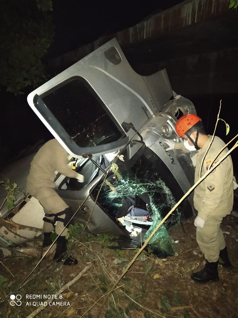 Passageira de caminhão baú morre após veículo colidir com carreta e cair de ponte em rodovia de MS