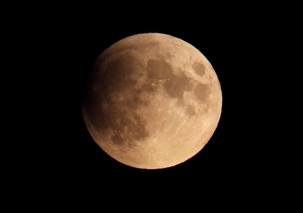 Eclipse lunar parcial visto no céu de Berlim — Foto: Fabrizio Bensch/Reuters
