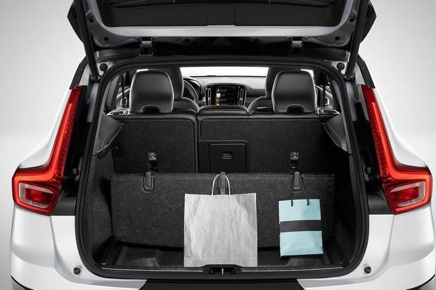 Bolsas podem ser penduradas no piso retrátil do porta-malas, cheio de nichos e porta-trecos (Foto: Divulgação)
