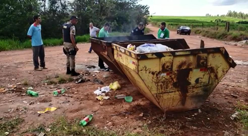 Corpo de homem foi encontrado carbonizado em caçamba em Ibiraci (MG) — Foto: Helder Almeida
