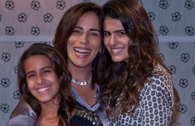 Gloria com as filhas Ana e Antonia Morais nos bastidores da série 'As brasileiras' (Foto: Ique Esteves/ TV Globo)