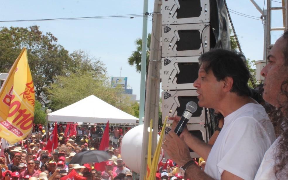 Fernando Haddad durante discurso em Petrolina (PE) neste domingo (23) — Foto: Juliane Peixinho/G1