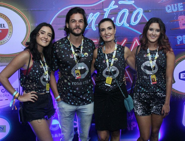 Fátima Bernardes com as filhas, Laura e Beatriz, e Túlio Gadêlha (Foto: Wallace Barbosa/AgNews)
