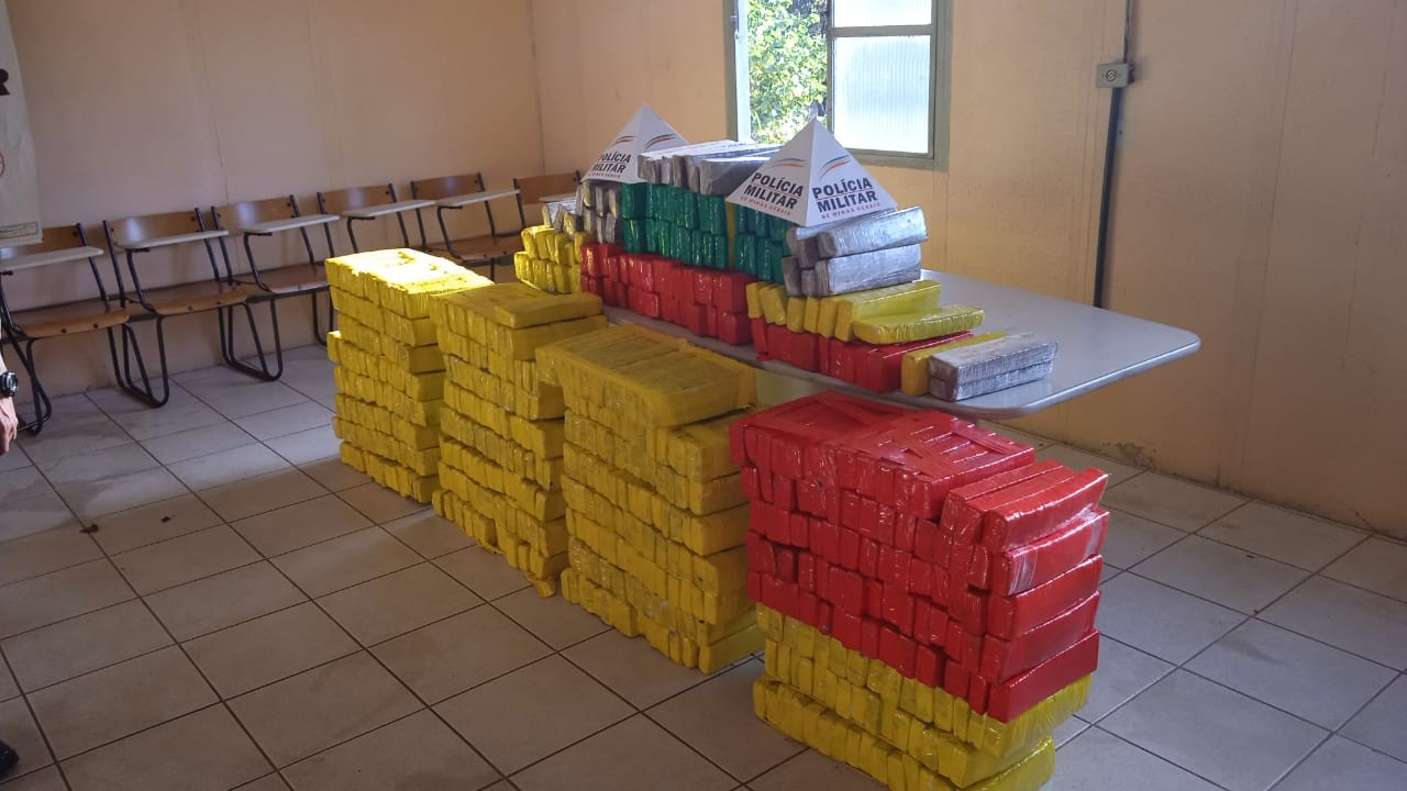Duas pessoas são presas por transportar 604 tabletes de maconha