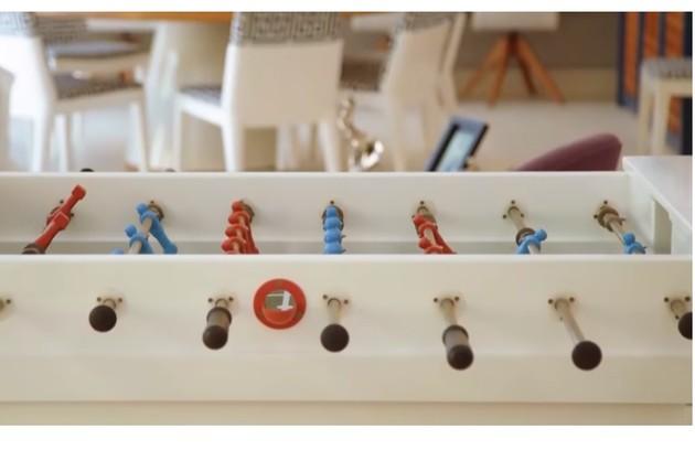 Há também uma sala de jogos com totó e mesa de sinuca (Foto: Reprodução)