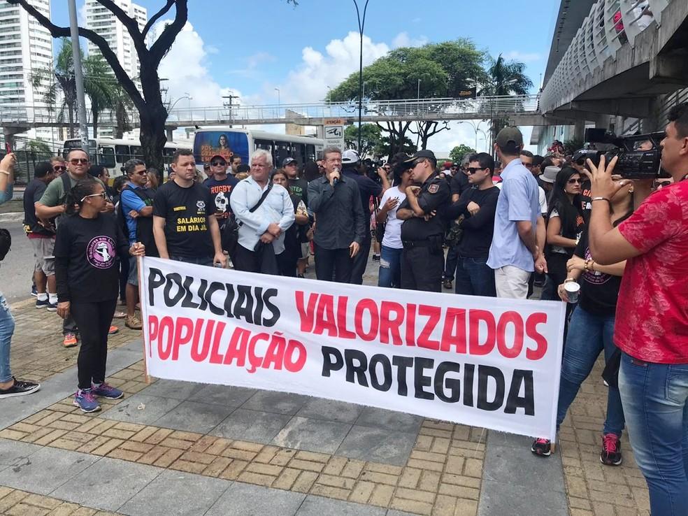 Agentes de segurança do RN protestam contra salários atrasados  — Foto: Kleber Teixeira/Inter TV Cabugi