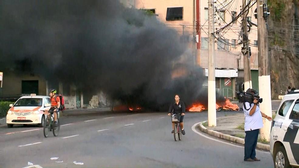 Manifestantes atearam fogo em pneus no Centro de Vitória — Foto: Reprodução/ TV Gazeta