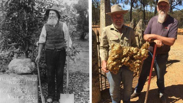 John Deason com uma réplica da Welcome Stranger (esq), e homens com uma réplica moderna da pepita, junto do pé-de-cabra original usado para removê-la do chão (Foto: DUNOLLY MUSEUM via BBC News Brasil)