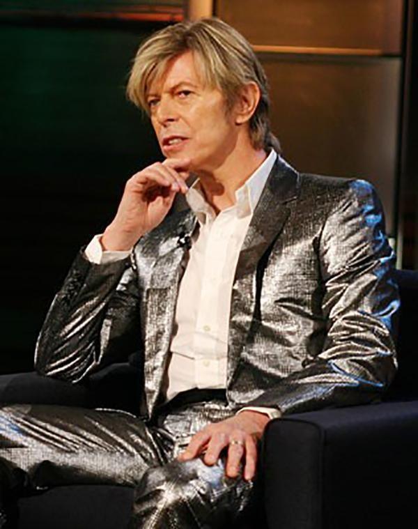 O terno prateado combinado com camisa social branca. Clássico e moderno ao mesmo tempo. (Foto: Getty Images)