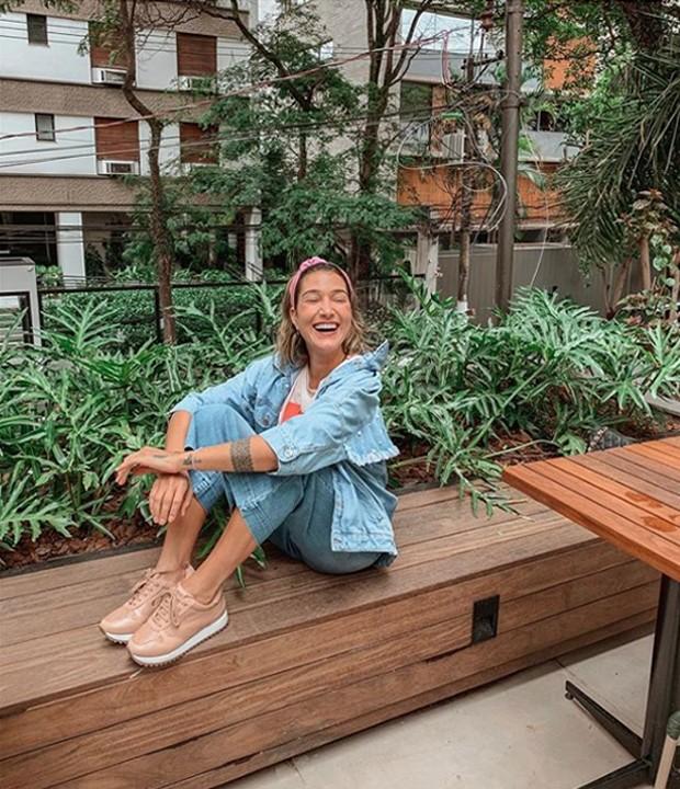 Gabriela Pugliesi posa em seu novo restaurante, o Mauli Bowls (Foto: Instagram/ Reprodução)