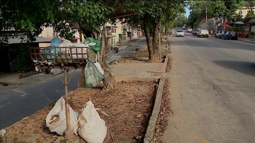 Paralisação coletores deixa lixo acumulado nas ruas de Cachoeiro, ES
