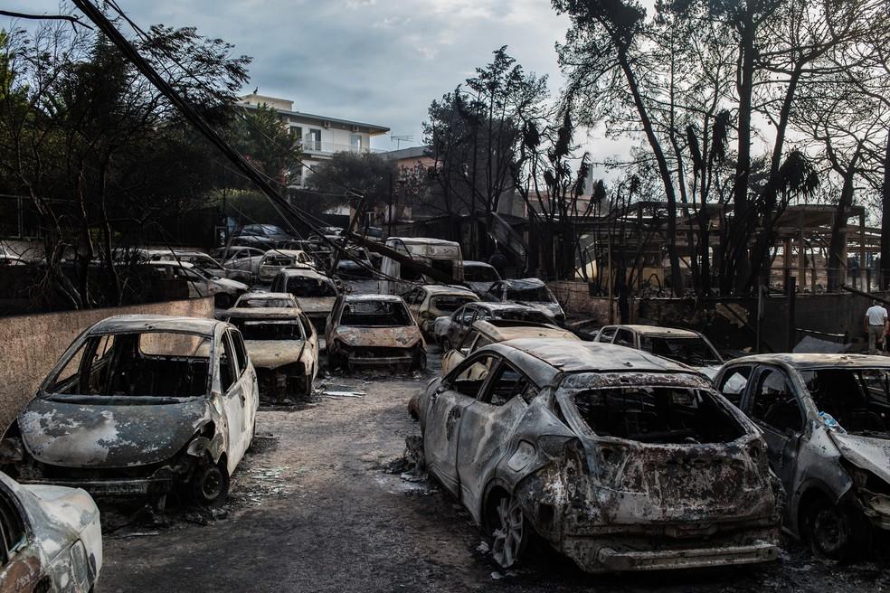 Carros carbonizados são vistos após um incêndio florestal na vila de Mati, perto de Atenas, na Grécia (Foto: Angelos Tzortzinis / AFP Photo)