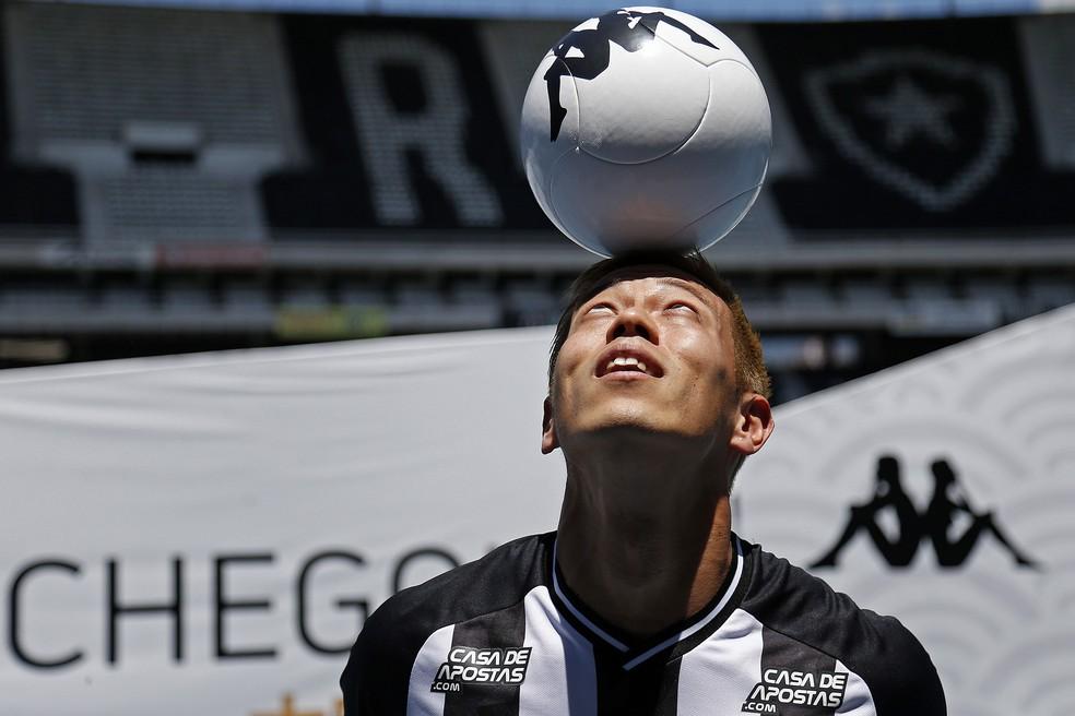 Honda domina a bola na cabeça durante a apresentação no Botafogo — Foto: Vitor Silva/Botafogo