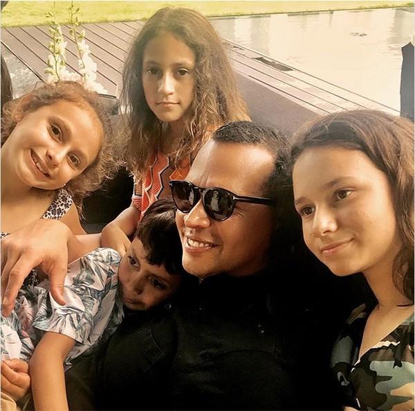 Alex Rodriguez e suas filhas, Natasha, 12, e Ella, 9, e os filhos de Jennifer Lopez, Max e Emme, de 9 anos (Foto: Instagram)