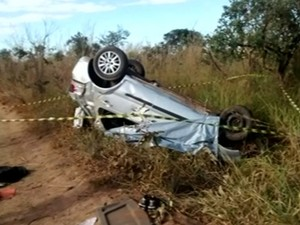 Suspeito foi encontrado morto em carro capotado na BR-040, em Goiás (Foto: Reprodução/TV Anhanguera)