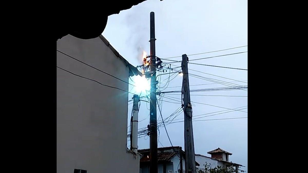 Poste pega fogo e deixa moradores sem energia por mais de 24h no bairro Manguinhos, em Búzios, no RJ