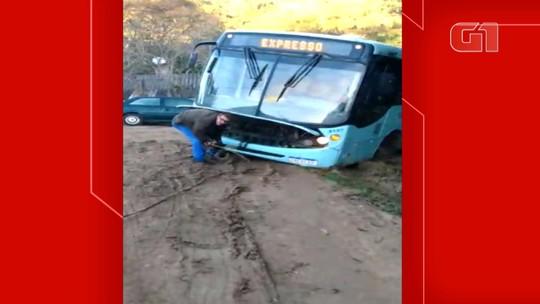 Ônibus atola em rua sem asfalto em Viamão; vídeo
