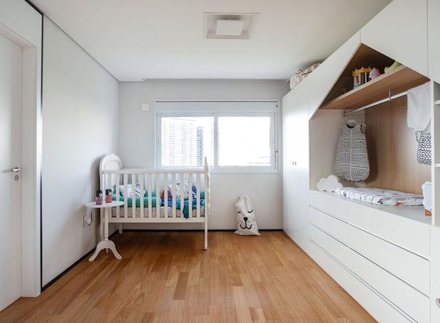 MARCENARIA | No quarto infantil, um armário em forma de casinha se transforma em trocador para o futuro bebê (Foto: Maura Mello/ Divulgação)