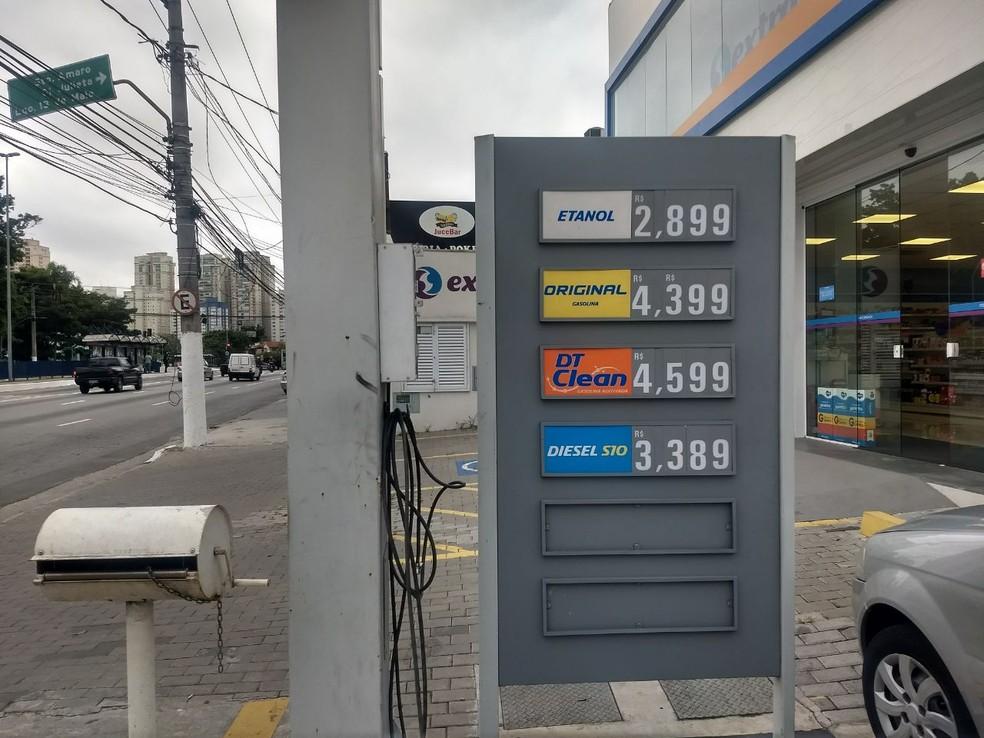 Posto não exibe preço antigo do diesel na placa (Foto: Bárbara Muniz Vieira/G1)