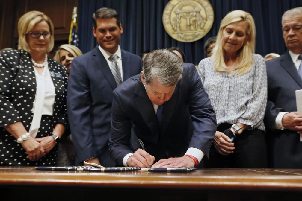 Governador da Geórgia, Brian Kemp, assina 'lei do batimento cardíaco', que restringe o aborto — Foto: Bob Andres/Atlanta Journal-Constitution via AP
