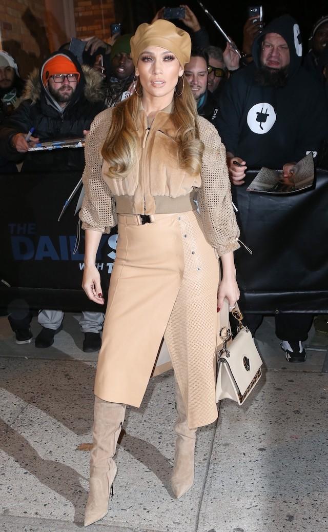 J-Lo de bege total em look Fendi (Foto: BACKGRID)