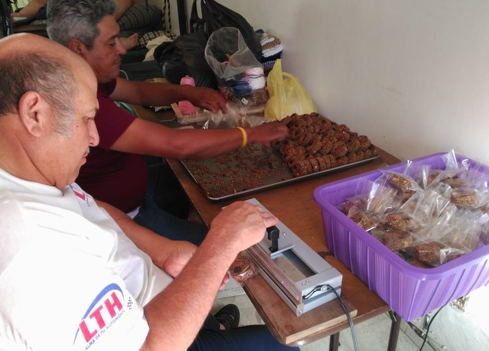 O pai de Franco, Herminio (esquerda), ajuda um irmão a fabricar doces (Foto: BBC)