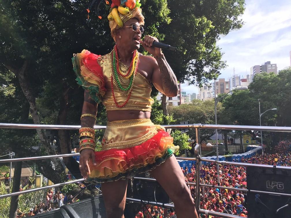 Léo Santana desfila à frente das Muquiranas, no Campo Grande, em Salvador (Foto: Henrique Mendes/G1 BA)