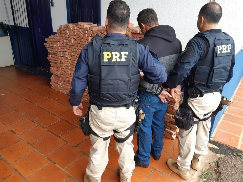 Segundo a PRF, o motorista do caminhão informou que entregaria a carga na região da Serra.  — Foto: Polícia Rodoviária Federal/Divulgação