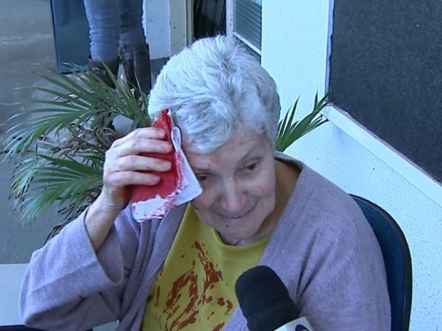 Aposentada de 70 anos ficou ferida após escorregar em santinhos em São Carlos (Foto: Marlon Tavoni/ EPTV)