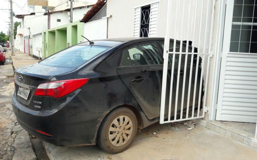 Carro dirigido por grávida invadiu casa na Bahia (Foto: Ivonaldo Paiva/Blogbraga)