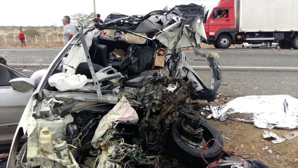 Acidente entre carro e ônibus deixou casal morto na BR-230, próximo a Soledade, na Paraíba (Foto: Jackson Rondineli/TV Paraíba)