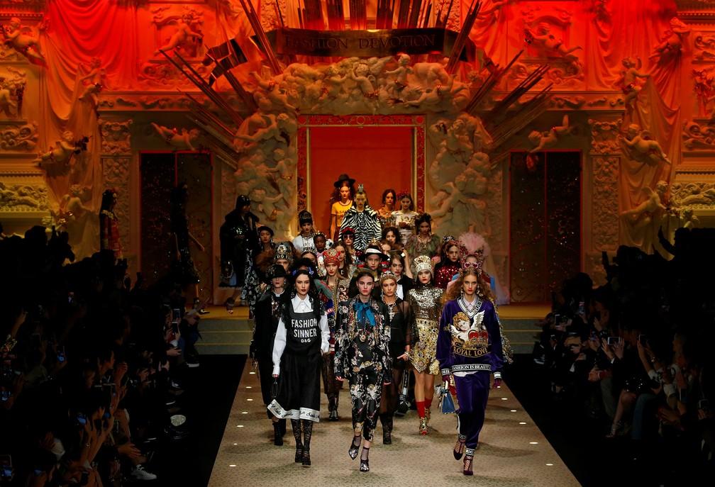 Modelos mostram coleção outono/inverno da Dolce e Gabbana em Milão neste domingo (25) (Foto: Tony Gentile/Reuters)
