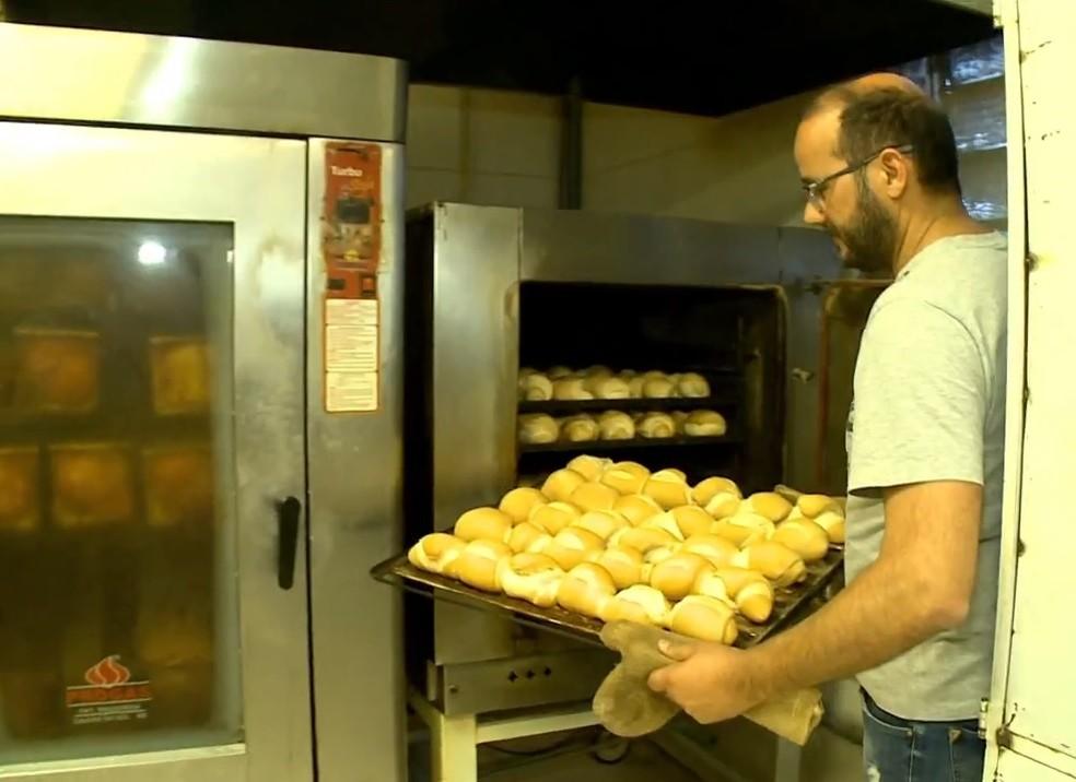 Pão é um dos produtos impactados pelo aumento do trigo — Foto: Reprodução/RBS TV