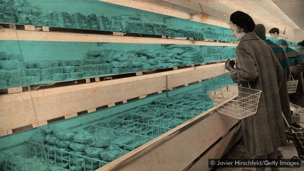Os eletrodomésticos que usamos para resfriar nossa comida requerem eletricidade para funcionar, mas representam um risco maior para o clima ao fim de suas vidas úteis — Foto: Javier Hirschfeld/Getty Images via BBC