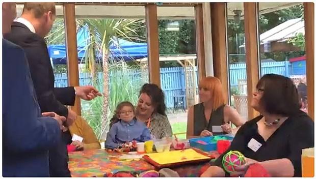 William pergunta à menina: 'esse é um tricerátops?' (Foto: Reprodução)