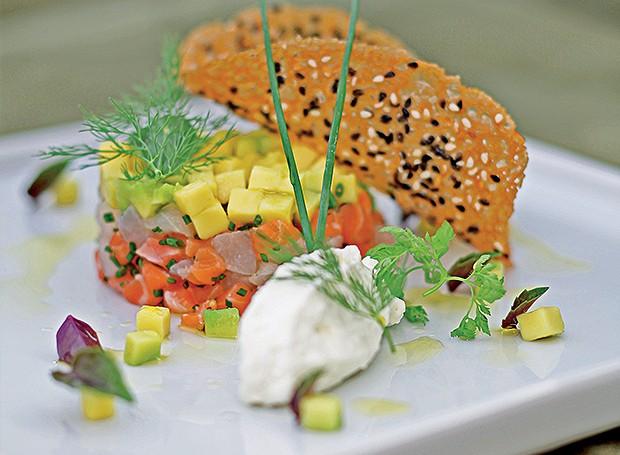 Tartare de atum e salmão com brunoise de abacate (Foto: Rogério Voltan/Editora Globo)