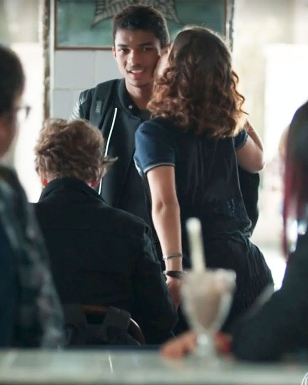 Anderson (Juan Paiva) usa a jaqueta dada por Samantha (Giovanna Grigio) em 'Malhação - Viva a Diferença' — Foto: Globo