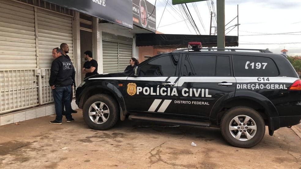 Polícia Civil faz perícia em apartamento onde menina de 2 anos e 2 meses foi morta a facadas, no DF — Foto: Luiza Garonce/G1