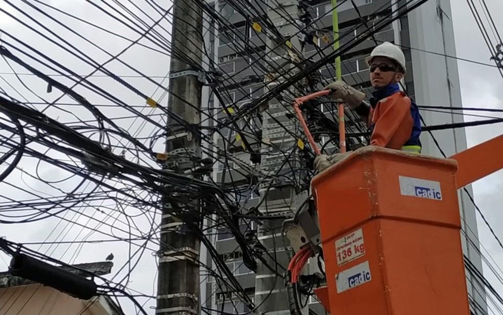 Meia tonelada de fios foi removida de postes no Recife — Foto: Celpe/Divulgação