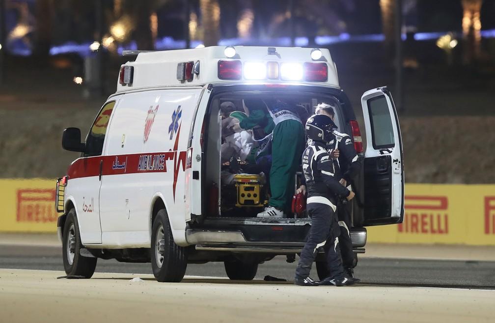Ambulância leva Grosjean para atendimento no centro médico do Barein — Foto: REUTERS/Tolga Bozoglu