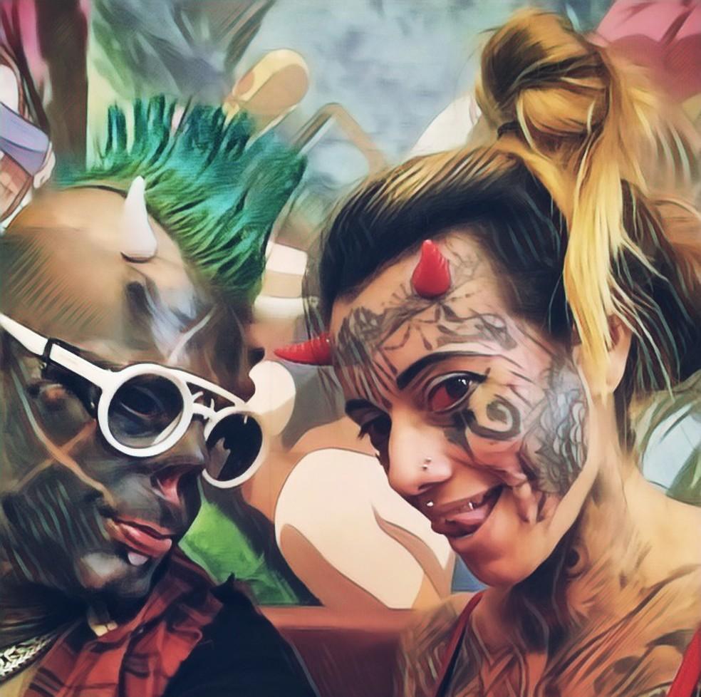 Dentre as modificações corporais do casal, estão a pigmentação dos olhos, divisão da língua, dentes com coroas metálicas e chifres na testa — Foto: Arquivo pessoal