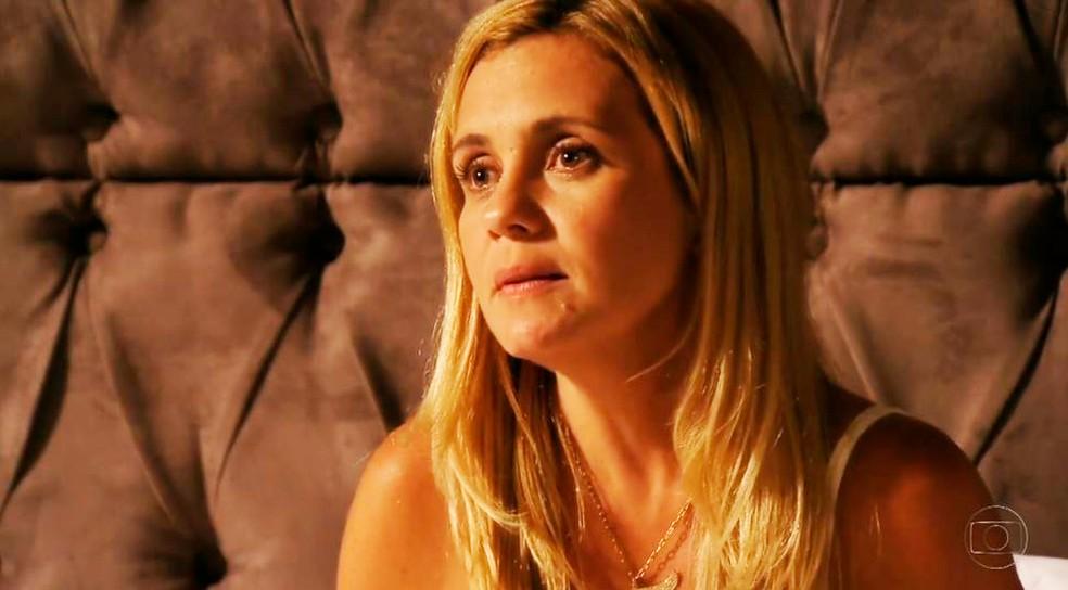 Carminha mente sobre seu passado e história de Rita em 'Avenida Brasil' — Foto: Globo